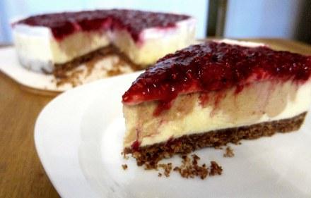 Erdnussbuttercheesecake mit Himbeercoulis