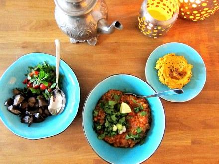 gebratene Auberginen, Tomaten-Linsensuppe und Kürbishummus
