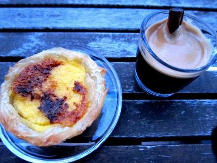 Pastel de Belem oder Pastel de Nata - gefüllte portugisische Blätterteigtörtchen