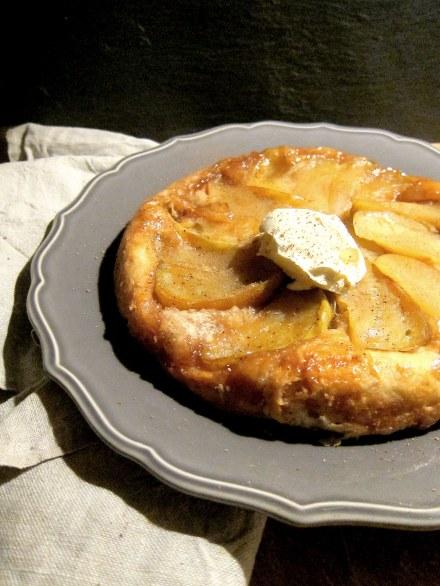 karamellisierter Butterkuchen mit Apfel