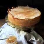 Apfelcheesecake mit Cidre-Gewürz-Karamellsauce