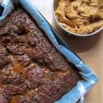 Roggenbrownies mit Erdnussbutterfrosting und Meersalz