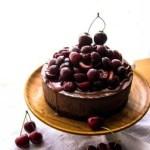 Schokocheesecake mit Kaffee und Kirschen