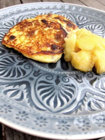 kleine, feine Quarkkartoffelpuffer mit Apfelmus und Zimtzucker