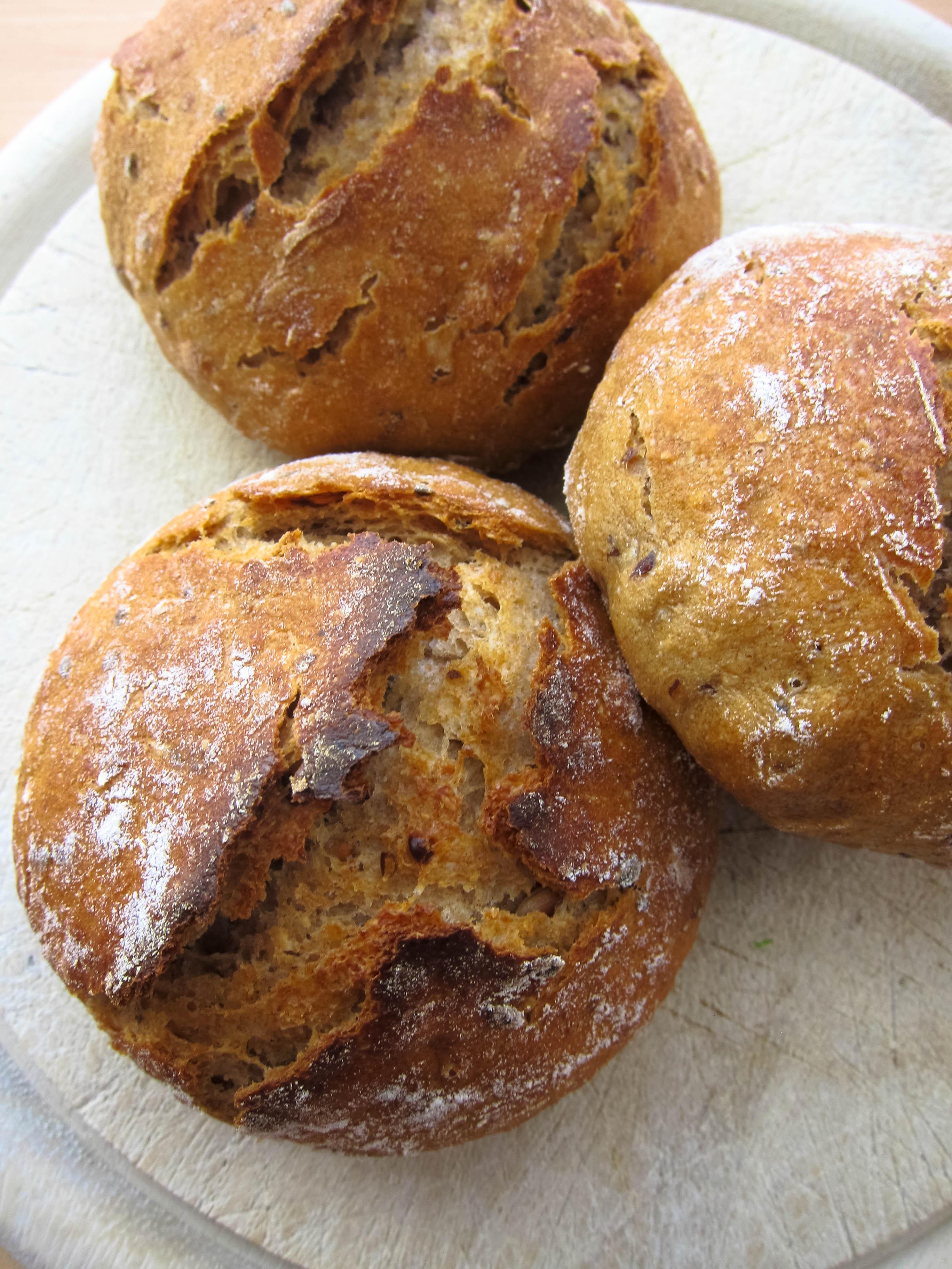 Körnerbrötchen Mit Sauerteig Mehlstaub Und Ofenduft